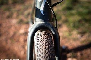 Mehr Reifenfreiheit, mehr Möglichkeiten: Pneus bis 47 mm Breite in 700c (47-622) passen in das neue Rahmenset – auch bei den Alu-Varianten