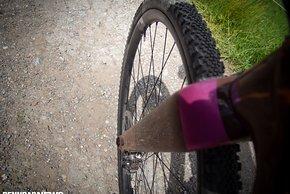 Die breiten Felgen stützen die 40-mm-Reifen hervorragend ab