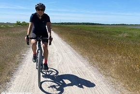 Auf glatten Wegen wie diesem braucht es noch nicht unbedingt ein Gravel Bike