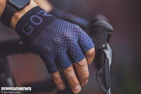 Die C5-Handschuhe wiegen fast nichts und liegen extrem eng an