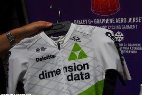 Dimension Data ist mit dem Oakley Graphene Aero Trikot ausgestattet