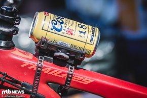 Der Fidlock Twist Uni Connector lässt sich via Boa-Schnüren an jede Dose oder Flasche anpassen – ob es nun eine Bierdose ist oder eine spezielle Trinkflasche, bleibt jedem Fahrer selber überlassen.