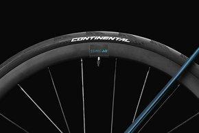 ...DT Swiss Laufrädern und Continental GP5000 Reifen auf