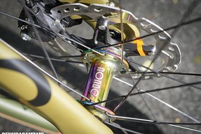 Die Ultegra Disc-Bremse mit 160-mm-Scheiben hat einen harten Druckpunkt und packt kräftig zu