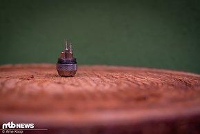 Die obere Kappe beinhaltet einen Magneten und verstaut zudem die Adapter zur Leitungsverbindung.