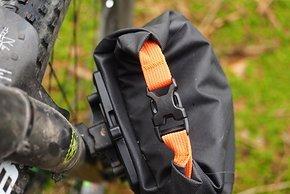 ... verändert den Winkel der Front-Packs und schafft damit mehr Platz zwischen Taschen und Reifen, wenn er benötigt wird.