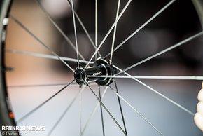 Neu entwickelte Speichen aus Carbon in Aero-Form senken das Gewicht