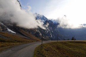 In der Abfahrt von Grindelwald lassen uns die imposanten Gipfel staunen