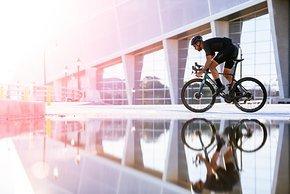 Die Zipp 353 NSW Aero-Allroud-Laufräder sind schon von Weitem an dem Sägezahn-Design zu erkennen.