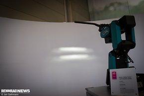 An einem Roboter demonstrierte Busch und Müller das neue Kurvenlicht
