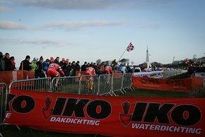 Die dänischen Fahrer auf der langen Geraden an der See