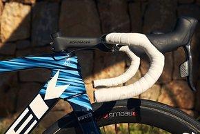 Lenker und Vorbau stammen von Bontrager. Ebenso wie die Laufräder.