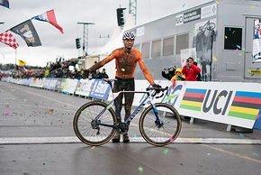 Mathieu van der Poel fährt überlegen zum Weltmeistertitel und hat  noch Zeit, sich auf der Ziellinie vor Publikum und Sponsor zu verbeugen