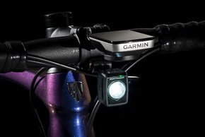 Für die Vorbauten gibt es getrennte Halter für Licht und GPS