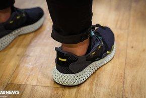 Sie trug Adidas Sneaker, deren Sohlen mit der gleichen Technologie wie der neue S-Works Power Mirror hergestellt werden
