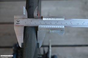 Ein 25er Schwalbe Pro One Tube Type baut auf der Felge 25,5 mm breit.
