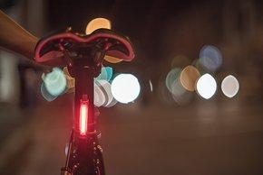 So lässt sich die rote LED-Leuchte nicht nur als Rücklicht am Fahrrad montieren …