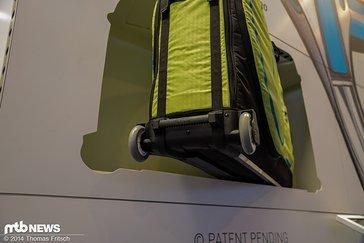 Große und gut gelagerte Rollen erleichtern den Transport des Bikes am Flughafen oder zum Hotel.