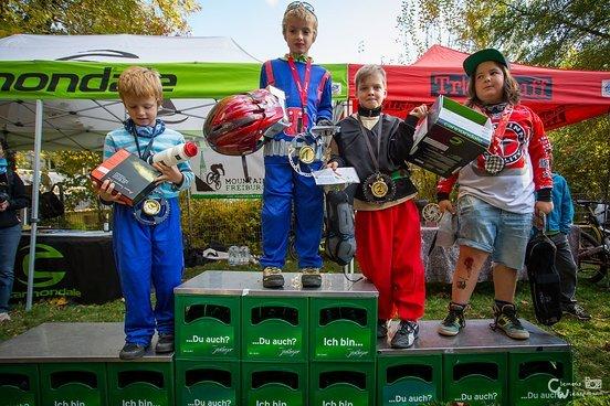 Die Kleinsten bekommen die größten Preise und die coolsten Medaillen, so gehört sich das! 4. Carl, 3. Max, 2. Oscar, 1. Jacob. Glückwunsch!