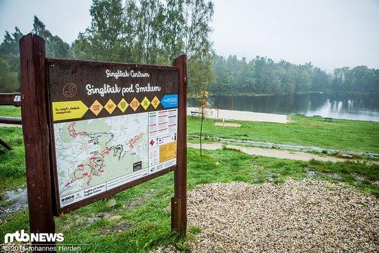 An das Singltrek Centrum angeschlossen sind Camping-Platz, Beachvolleyball und ein Naturbadesee