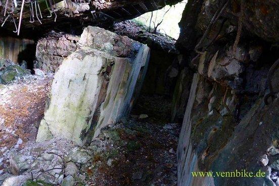 Bunker 148, man kann die Innenaufteilung erahnen, die Decke ist nach der Sprengung nicht zerborsten und liegt schräg auf den Mauerwerk.