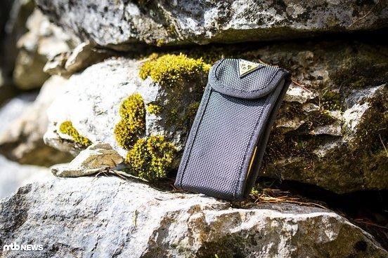Die Nylon-Tasche hält alle Teile beisammen und hat auf der Rückseite eine Schlaufe, so dass man sie am Gürtel oder dem Rucksack befestigen kann