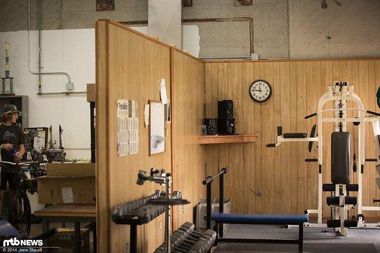 Links Schrauberecke und rechts der Fitnessbereich für die Mitarbeiter
