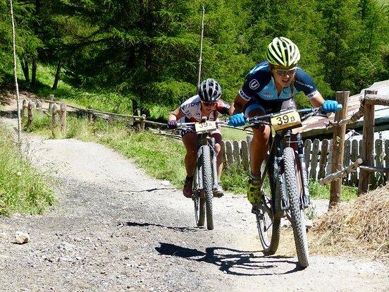 Die Sieger der 3.Etappe beißen nochmal richtig in den Lenker kurz vor Ende. Vroni Weiss/Naima Madlen