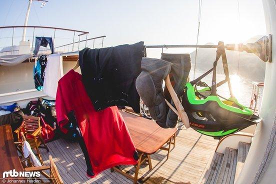 ...trocknen Knieschoner, Helm und Klamotten bei frischer Seeluft