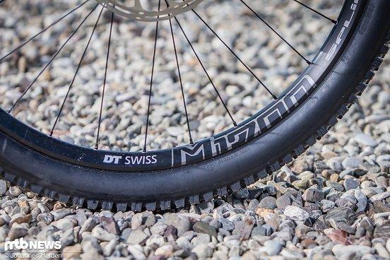 Auf hochwertigen DT Swiss M1700-Laufrädern sind am Canyon Spectral …