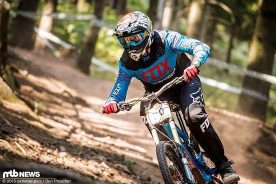 """Markus """"Hilldog"""" Hillmann aus Ilmenau ballert fokussiert auf der staubigen Strecke in Tabarz ins Tal"""