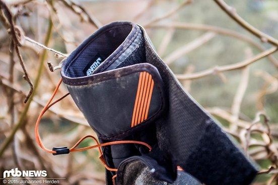 Geöffnet wird der Schuh, indem man die beiden Klettverschlüsse nacheinander löst