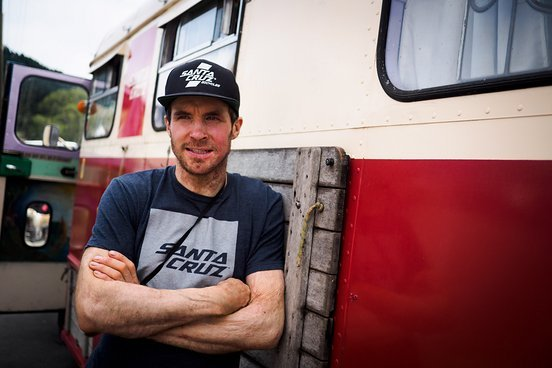 Jamie wird die 10 Mann-Truppe eine Woche lang in seinem Bus einquartieren