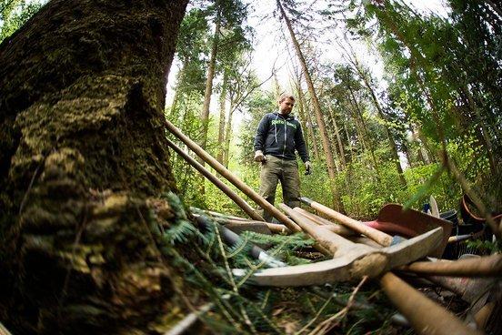 Die Qual der Wahl. Trailbuilder und Mountainbiker Chris bei der Entscheidung seines Arbeitgeräts.