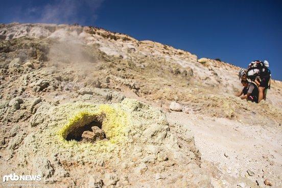 Im Kraterloch. Es dampft und riecht ziemlich extrem
