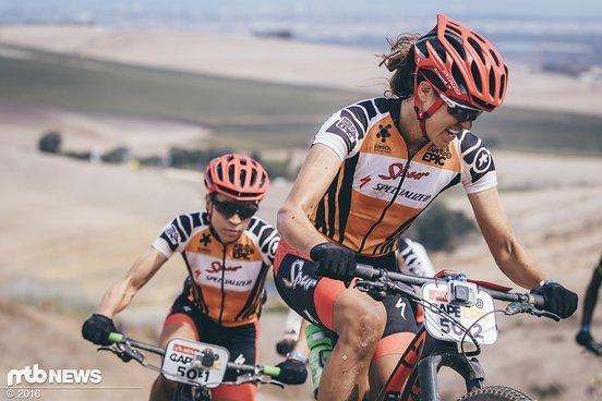 Team Spur Specialized's Ariane Kleinhans und Annika Langvad auf dem Weg zu ihrem dritten Gesamtsieg