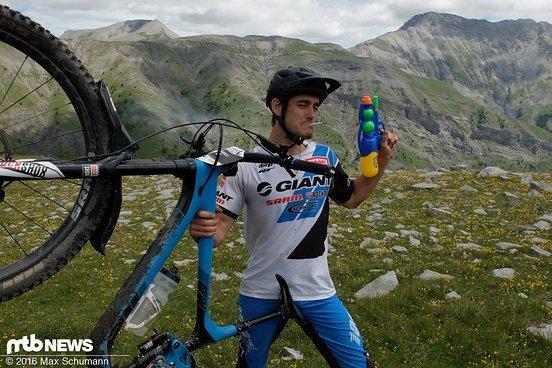 Cowboy? Clown? Yoann Barelli verzichtet auf Ersatzschlauch und trägt stattdessen Wasserpistole und Zigaretten auf den Berg. Für einen Scherz. Zum Lohn gibt es den Tagessieg.