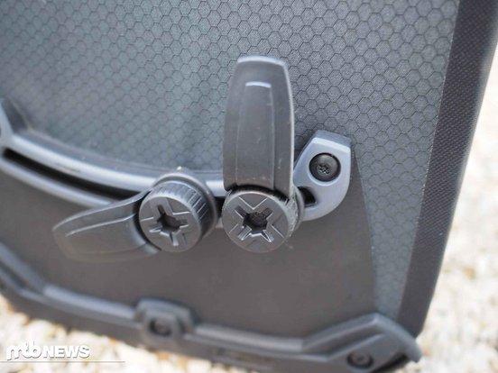 Das funktioniert in der Praxis sehr leicht und hält die Taschen zuverlässig an Ort und Stelle.