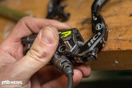 Neuer HC3-Hebel rein und Bolzen vorsichtig zurückklöppeln.