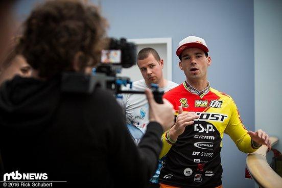 Freitag Abend wurde die Strecke bereits getestet - Tomas Slavik und die anderen Fahrer beraten sich