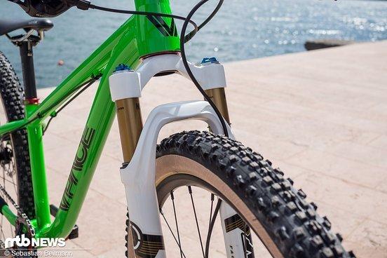 Die Onza Weißwand-Reifen in Kombination mit der Fox 32 sorgt für den nötigen Style-Faktor