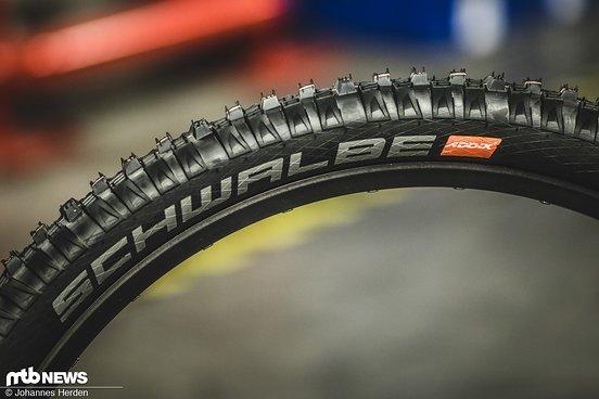 Die Schwalbe-Reifen mit orangem Streifen auf der Lauffläche und Logo auf der Seitenwand wird man zukünftig an vielen Trail- und Enduro-Bikes sehen