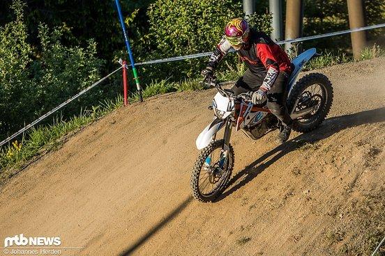 Lippe mit Blingbling-Helm mit seiner E-KTM