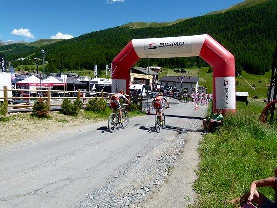 Sarah und Cemile werde zwar nur Zweite auf der Etappe nach Livigno, sichern sich aber das Leadertrikot in der Damenwertung.