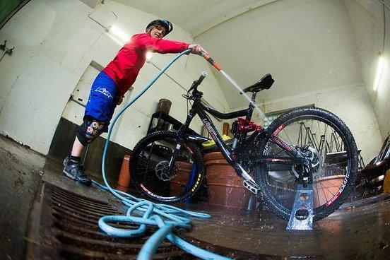 Gutelaunerakete Betti beim Bike-Wash.
