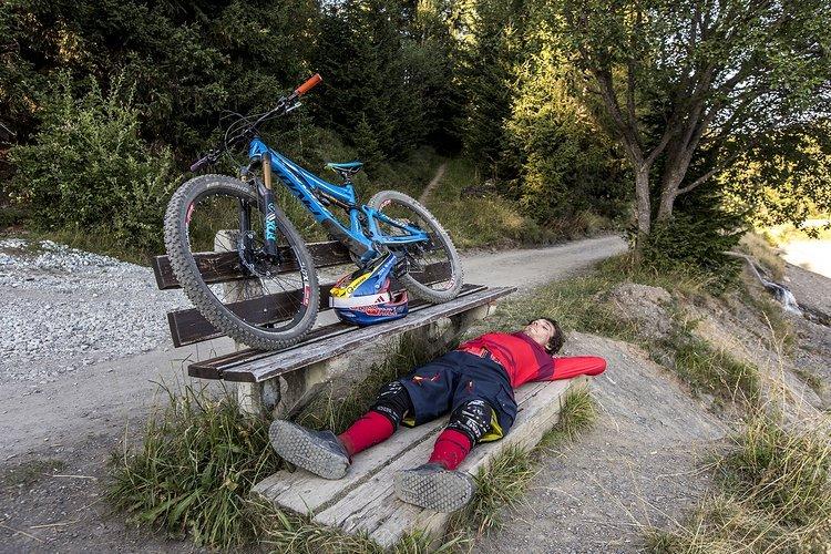 Nach einem harten Tag auf dem Berg, haben sich Bike und Fahrer eine Pause mit Talblick verdient!