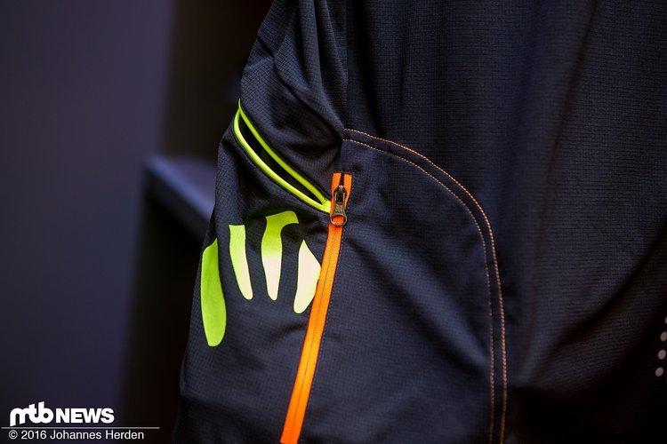 ...mit Seiten- und Rückentaschen