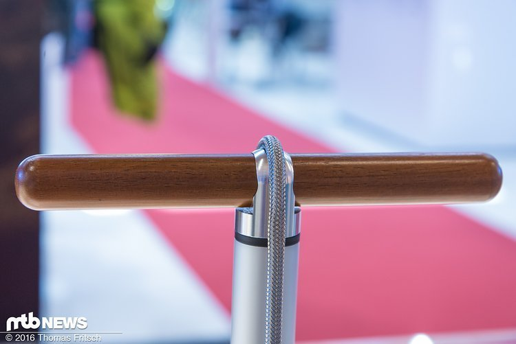 Edler Holzgriff und robuster Schlauch an der Standpumpe