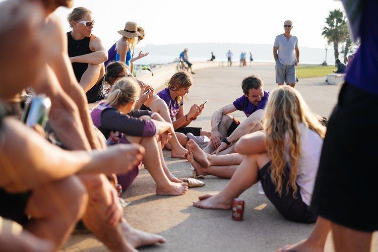 Entspanntes Sitzen am Strand