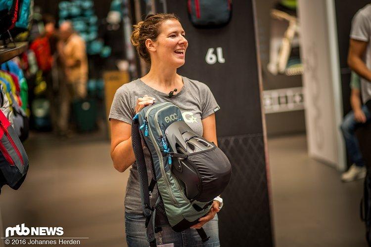 Jessica mit einem Rucksack aus der neuen Climate Control Reihe